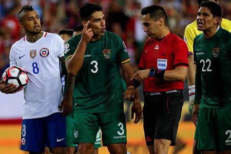 """El seleccionador de Bolivia, Julio César Baldivieso, calificó hoy el penalti con el que su selección perdió hoy en el descuento por 2-1 ante Chile en la Copa América Centenario como """"una vergüenza""""."""