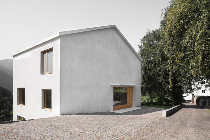 Porphyr und Dolomit - Haus in Südtirol von Daniel Ellecosta