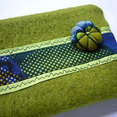 Trousse en laine bouillie verte et tissu africain, doublée en toile coton bleu marine: