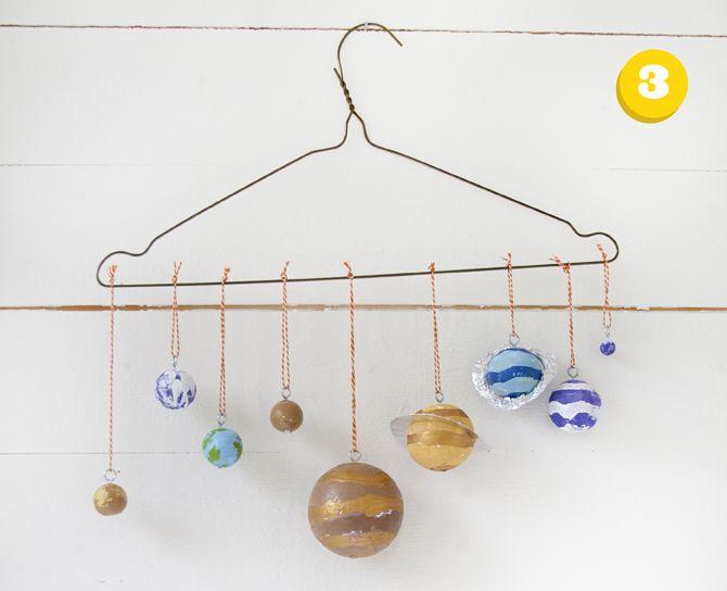 Nu är det dags för ett pyssel som tar lite längre tid. Av vanliga vita flörtkulor ska vi göra ett fantastiskt planetsystem. Är ni med? Ni behöver flörtkulor i olika storlekar, färg, aluminiumfolie eller något annat att göra Jupiter och Uranus ringar med. Ni behöver också snöre att hänga era planeter i och, om du inte vill göra hål genom kulorna, skruvöglor. Börja med att välja ut vilken flörtkula som ska vara vilken planet. Bilder på planetsystemet finns här. 1. Enklast att måla…