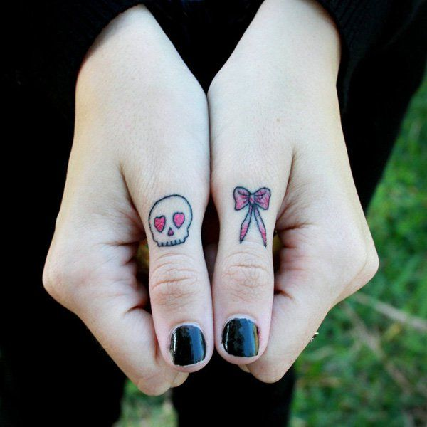 78 best id es propos de tatouages des doigts de crane. Black Bedroom Furniture Sets. Home Design Ideas