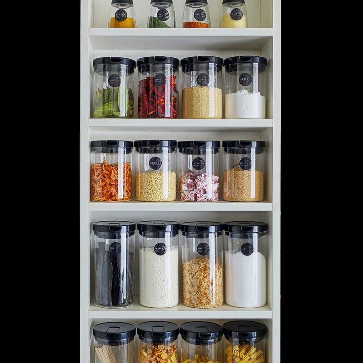 お料理が好きな人なら、どんどん増えてしまうスパイス。ビンや容器の色や形が不ぞろいだと、収納したときに見栄えが悪い・・・。そんな場合は、いっそ100均ショップなどで空きボトルを購入してリメイクをして詰め替えましょう。プチDIYに使える海外で人気の『無料ラベルダウンロードサイト』や『理想のDIYサイト』を紹介します。