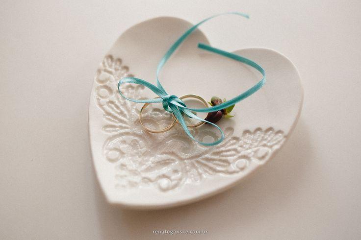 Alianças no pratinho de cerâmica. Casamento estilo vintage.  Veja mais desse casamento em: http://www.renatoganske.com.br/portfolio/mini-weddings/106119-cassiana-cristian-mini-wedding-jardim-amelie-joinville