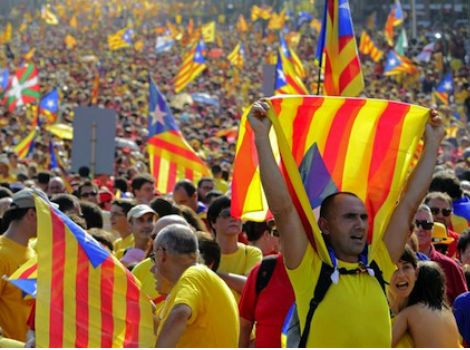 """TV3 emet un reportatge amb les millors imatges de la """"V"""" - elsingular.cat, 13/09/2014. Televisió de Catalunya emet aquest vespre el bo i millor de les imatges de multitudinària manifestació a Barcelona de dijous. Ho fa amb un reportatge de 25 minuts de durada que s'oferirà després del Telenotícies, a les 21.55 h, i que porta per títol """"Les veus de la V""""."""