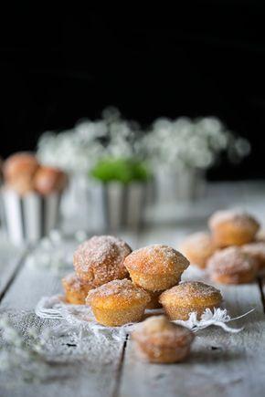 """Lust auf kleine Apfel-Muffins mit Zucker und Zimt? Hier bekommt ihr 24 x das """"Zugreifen-Mund auf- rein damit"""" Glück. Ihr wisst ja: Bei mir muss es manchmal richtig schnell gehen, aber lecker muss e…"""