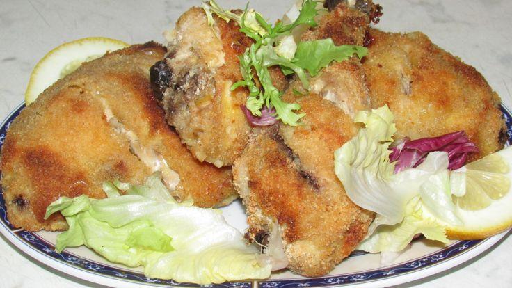pollo al limone al forno.In una casseruola sbattere le uova, aggiungere il sale, pepe nero, l'aglio e il succo di limone,