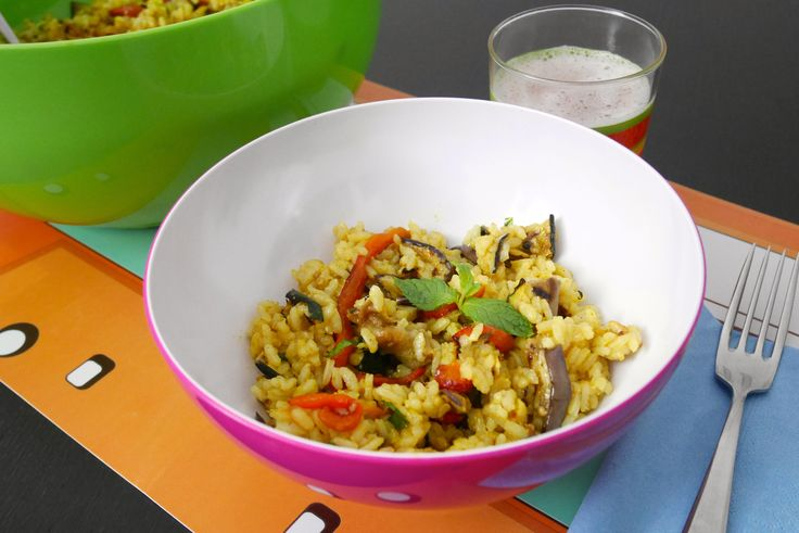 """L'insalata di riso curry e menta alle verdure è uno squisito e leggero piatto estivo, l'ideale per chi cerca un pranzo """"da spiaggia"""" nutriente ma che non a"""
