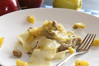 http://www.ipasticcidiluna.com/2012/06/pasta-con-mele-e-salsiccia-alla-curcuma.html