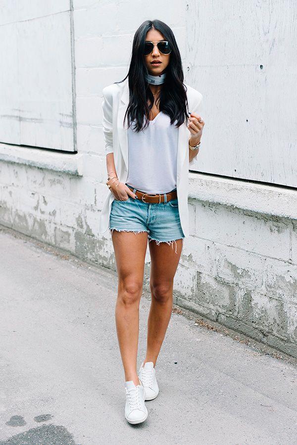Street style look bandana, tshirt branca, shorts jeans, blazer e tênis branco.                                                                                                                                                                                 Mais