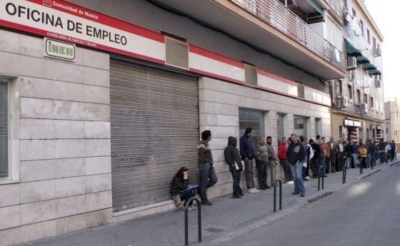Decenas de personas esperan la apertura de una oficina de empleo en Madrid