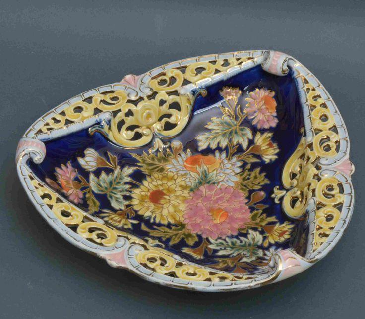 Zsolnay KÍNÁLÓ porcelánfajansz, háromszögletes forma színesen festett virágmintás és áttört díszítéssel. Jelzett: máz alatt barnával, öttorony és benyomott MADE IN AUSTRIA-HUNGARIA ZSOLNAY PÉCS. Fazonszám: 4025 1800-as évek vége. Méret: 6x24x24 cm 16/168