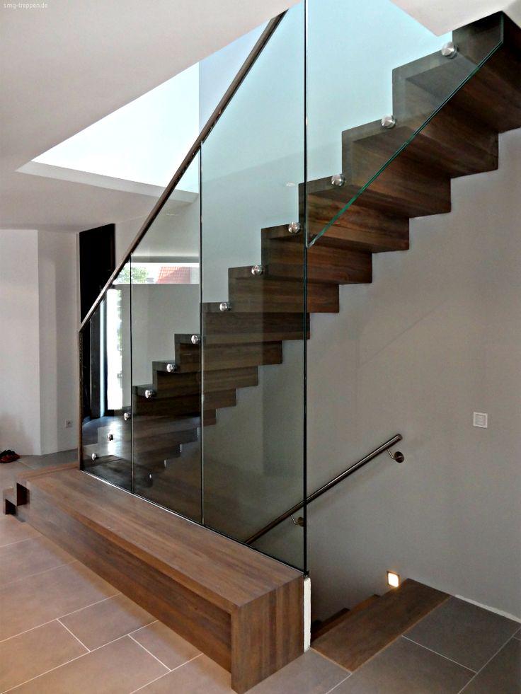 Die Holztreppe HOT 2200 ist eigentlich nur im EG eine reine Holztreppe, die andere zwei Etagen sind als Beton- bzw. Stahltreppe ausgeführt, ergeben in der Darstellung eine Einheit.