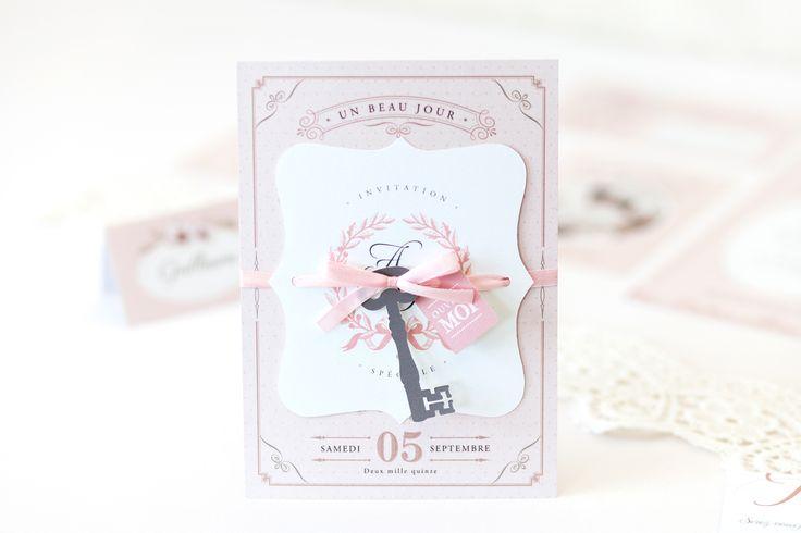 Papeterie de mariage Shabby chic, inspirée d'un style singulier de décoration, chic, lumineux et authentique, qui a fait son apparition en Angleterre en 1980. Laissez-vous séduire par ce faire-part, cette invitation repas et son étiquette en forme de clé pour annoncer votre mariage à vos convives.