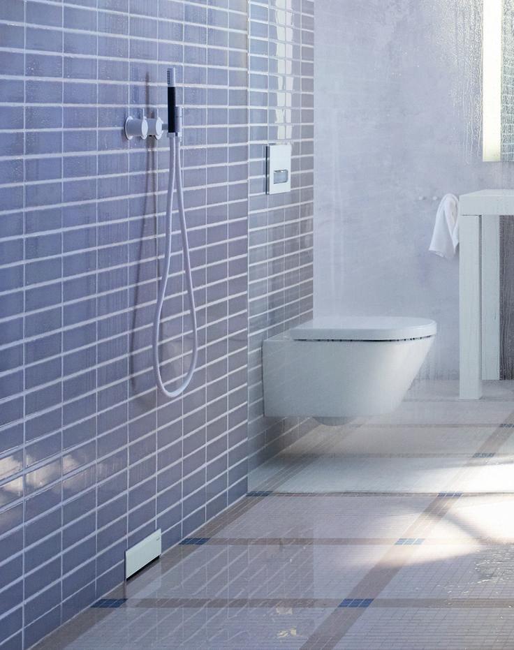 Geberit consigue un baño mejor en diseño empotrando la cisterna del inodoro y el desagüe de la ducha en la pared. Ganas espacio en tu baño y te será mucho más fácil de limpiar.