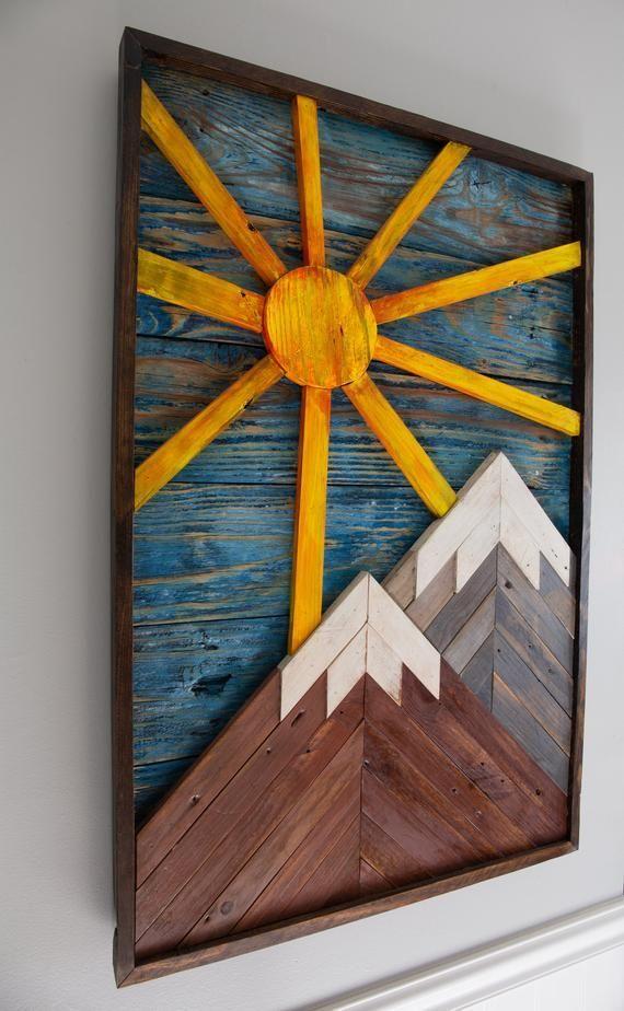 Snowy Mountains und Sun Reclaimed Wood Art Piece. Rustikaler Wandkunstentwurf   …