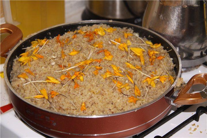 Yozgat yemekleri - Çiğdem / Bahar Pilavı  Çiğdem pilavının kendine has bir hikayesi vardır, Hıdrellez zamanı kapı kapı gezen miniklerin torbalarında toplanan bitkilerle yapılır. Bahar pilavı olarak da bilinir. Bahara bir güzellemedir.