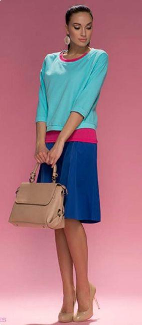 Синяя юбка, бирюзовая блузка, бежевая сумка, бежевые туфли