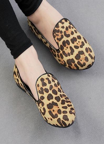 Leopard loafers Herlige loafers i leopardprint. Loafers er sesongens must-have på skofronten, og her får du dem kombinert med noe annet som er hot: dyreprint!   Skoene er flate, med en liten flat hæl som gjør dem gode å gå i. Sålene og foringen er sort.