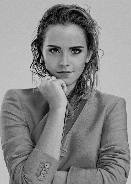 Emma Watson est une actrice britannique, née le 15 avril 1990 à Paris, en France. Elle est connue pour avoir joué le rôle d'Hermione Granger, l'un des trois rôles principaux dans la série des films Harry Potter. Elle prête sa voix dans le film d'animation La Légende de Despereaux sorti en 2008.