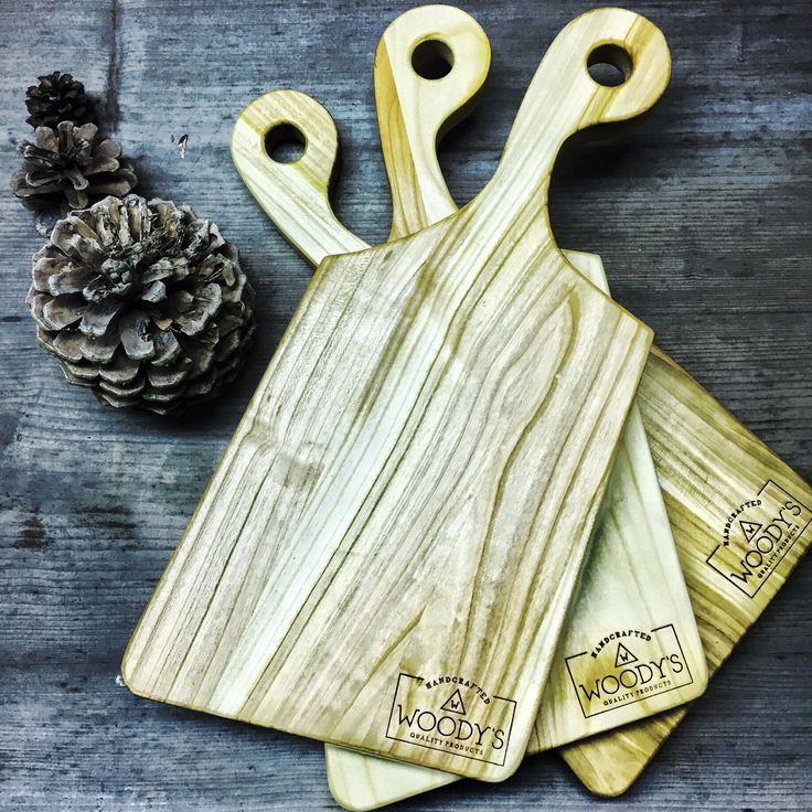 Prkénko+Cherry+materiál:+dřevo(cherry+wood)+Organický+lněný+olej+byl+nanesen+jako+povrchová+úprava.+Perfektní+na+krájení+a+servírování+sýrů.+Rukojeť+padne+perfektně+do+ruky.+Ručně+vyrobeno+ve+východních+Čechách.+Pouze+ruční+mytí,+nedávat+do+myčky.+Vhodné+jako+dárek