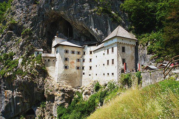 Postojna egy modern, tiszta és barátságos város. Fő látnivaló a Postojna-barlang, valamint a kisebb barlangok, mint például az Otoska, Pivka és Crna. Postojna környéke ideális túrázásra, lovaglásra, kerékpározásra. Hegymászásra is lehetőség nyílik a közeli Nanos, Sv. Lovrenc és Javornik csúcsok segítségével.