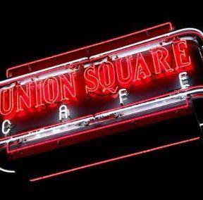 New York: Union Sqaure Café stattet Belegschaft mit Apple Watch aus - https://apfeleimer.de/2016/09/new-york-union-sqaure-cafe-stattet-belegschaft-mit-apple-watch-aus - Der Besitzer des Union Square Café in New York wird seine Belegschaft mit Apple Watch-Modellen ausrüsten, um so die Kundenerfahrung in dem Restaurant zu verbessern. Das berichten die Reporter von Eater. Das 30 Jahre alte Café wurde renoviert und umgebaut und öffnet nächsten Monat wieder seine Pfo...