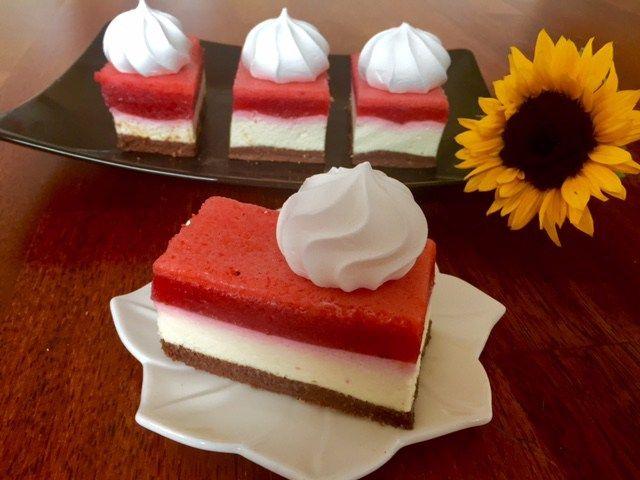 Ciasto Filadelfia (bez pieczenia) Truskawkowo-śmietankowe ciacho na chrupiącym spodzie z nutelli…niebiosa w ustach  Jest to bajeczny deser o dwóch uzupełniających się smakach, delikatnie słodkim i lekko kwaskowym, które świetnie ze sobą współgrają i tworzą rewelacyjny efekt końcowy. Przygotowanie ciasta jest bardzo proste i co najważniejsze nie wymagające pieczenia! Polecam serdeczne, efekt (zarówno smakowy jak …