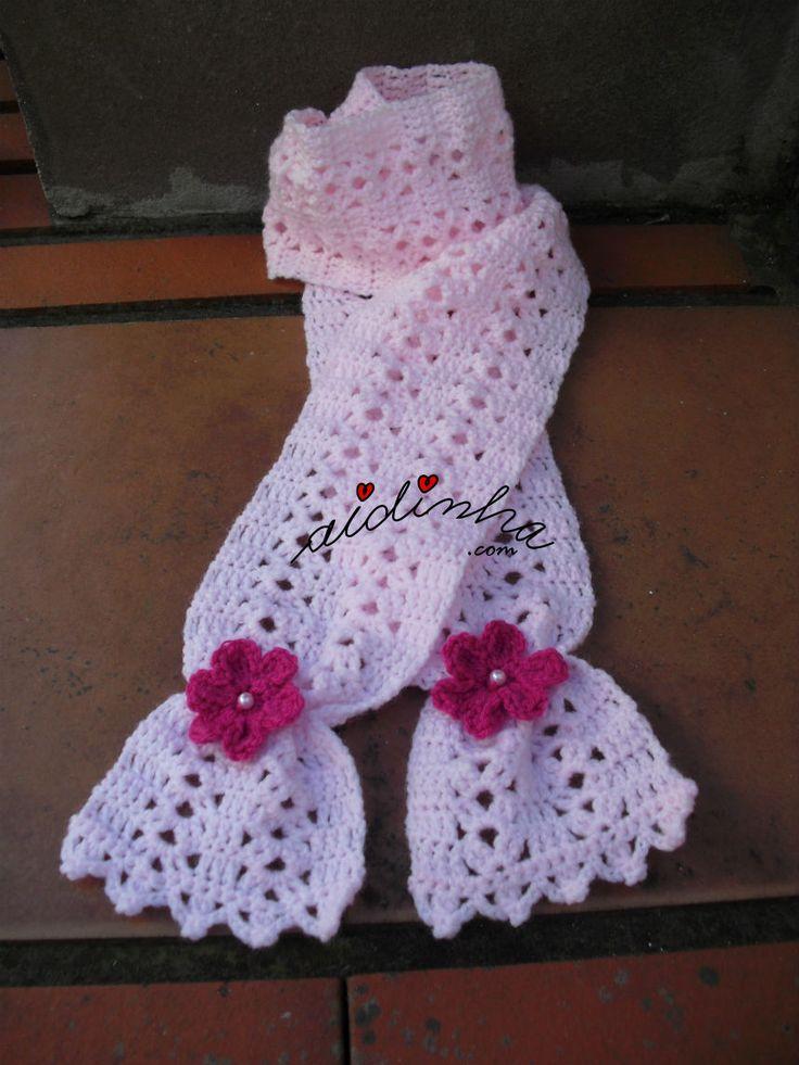 Cachecol infantil, em rosa claro com flores rosa choc.