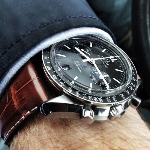 Omega Speedmaster montée sur un bracelet en cuir en crocodile #mode #montre #look #chic #omega #speedmaster #fashion #mensfashion #fashionformen #chronograph