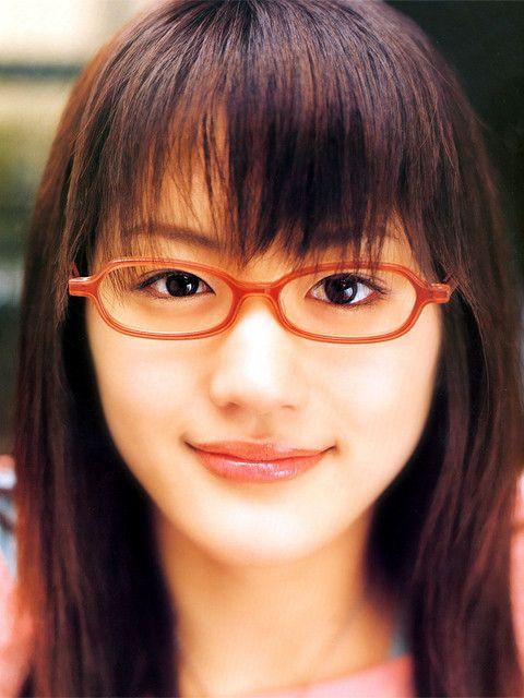 赤いふちのメガネをかける綾瀬はるか