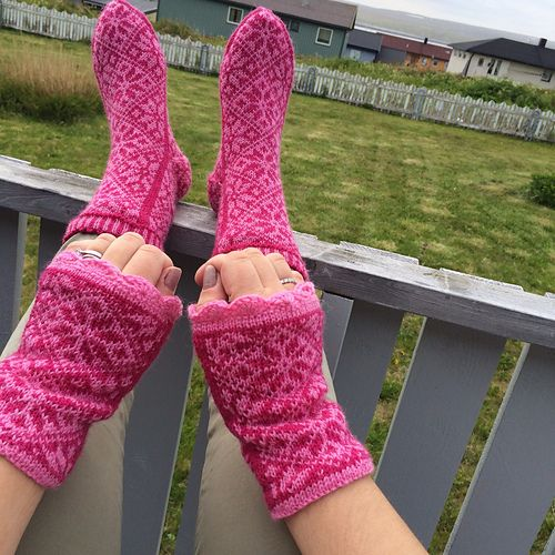 Ravelry: liwes' Pink wristwarmers