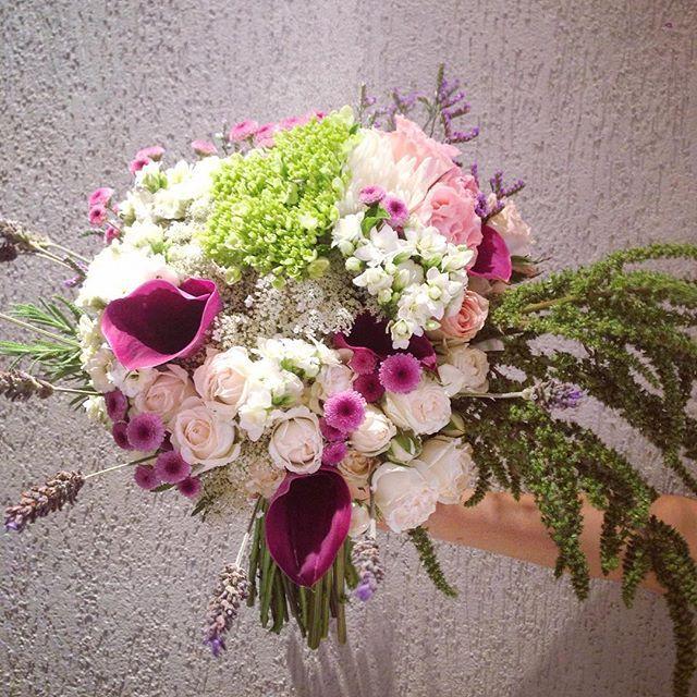 O bouquet necessariamente não precisa ser igual a Decoração! 🌸 é ele que pode emitir todo o estilo da noiva!!! Neste caso, a escolha foi algo romântico e delicado.. 💛💛 #bouquetdenoiva #weddingbouquet #bouquetofflowers