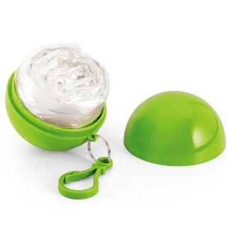 Capa de chuva en Nylon, tamanho único. Embalagem formato bola em plástico ABS. Medidas 8 cm de diâmetro. Cores disponíveis: vermelho, verde claro, azul e branco.
