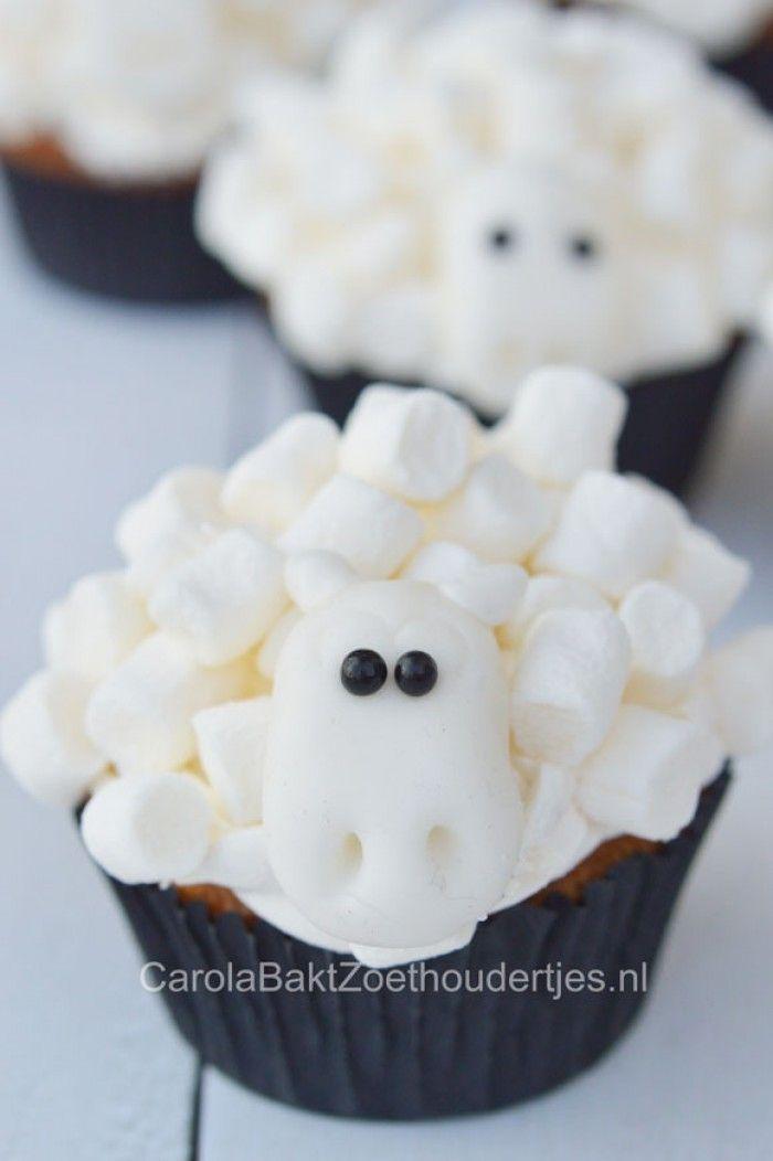 Lekker knutselen met eten, om te trakteren op school, in de vakantie of gewoon.... moet je wel een reden hebben?  Schapen cupcakes.