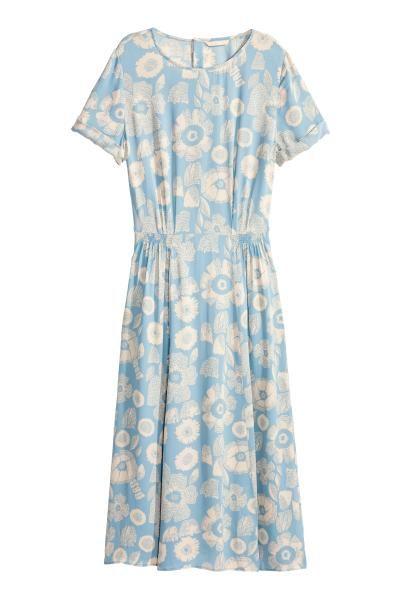 Wzorzysta sukienka: Sukienka z wzorzystej wiskozy do połowy łydki. Krótkie rękawy z przyszytymi podwinięciami. Odcinana talia z elastycznym marszczeniem, zatrzaski na karku. Bez podszewki.
