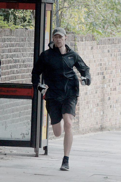 Tom Hiddleston seen running in North London on Aug 20, 2017. (Via Torrilla). Photos: https://m.weibo.cn/status/4143105642509190