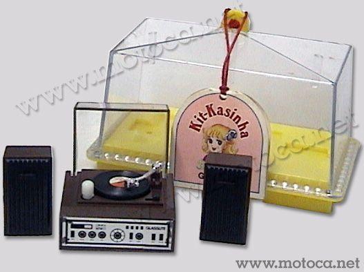 Vitrolinha (Glasslite). Este brinquedo de corda fazia parte de uma coleção de miniaturas de eletrodomésticos, assim como aspirador de pó, batedeira e enceradeira.