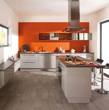 Une cuisine orange et pop. http://www.m-habitat.fr/par-pieces/cuisine/quelles-couleurs-pour-ma-cuisine-2603_A