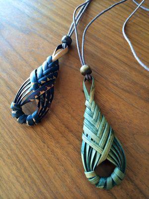 紐を取り付けて、首から下げられるようになりました。キャクタンは柔らかくて編みやすいです。