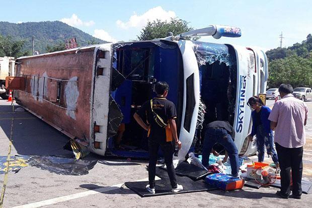 Tour bus overturns in Phetchabun; 1 killed, 20 injured | Bangkok Post: news