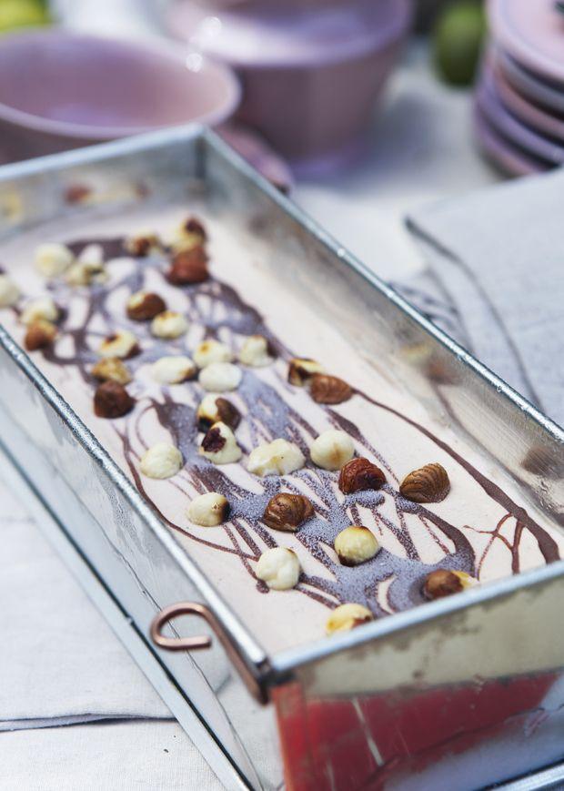 Prøv vores lækre forfriskende opskrift på hjemmelavet is med hasselnødder og dejlig cremet Nutella.