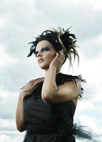 Kampaus, meikki ja uniikki hiuskoriste Ninka, kuva Karina Boissonier- Malli Kaisu