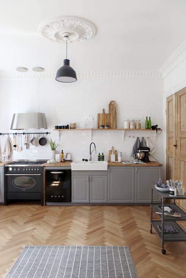 På ønskelisten sto et moderne, funksjonelt kjøkken med et landlig og industrielt preg. Løsningen ble å bygge rommet opp igjen fra scratch!
