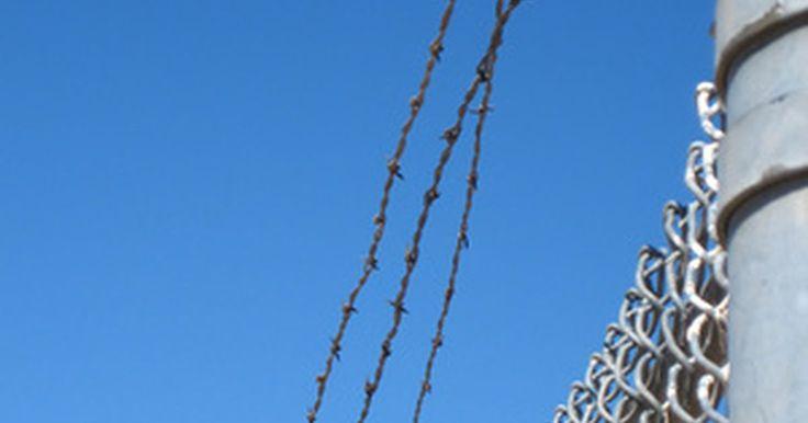 Como fazer tinta para tatuagem de prisão. Existe uma história longa das tatuagem nas prisões americanas. Elas são usadas para fazer declarações, identificar alianças entre os presos e criar um sentimento de unidade entre os grupos de prisioneiros. Um dos aspectos-chave da tatuagem de prisão é a tinta. Os presos têm demonstrado engenhosidade considerável em encontrar ou fazer a própria ...