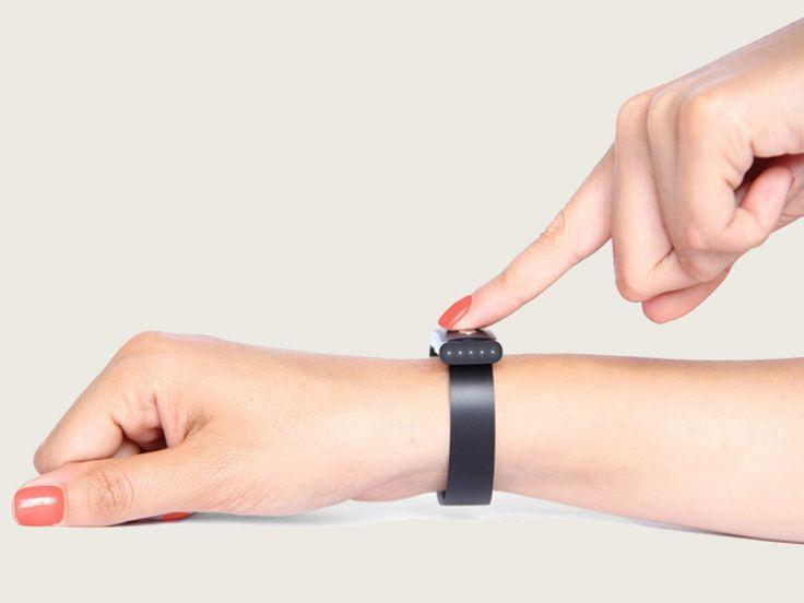 A startup canadense Byonim produz uma pulseira, Nymi Band, cuja proposta é substituir o uso das senhas, autenticando serviços online e autorizando transações financeiras por meio de batimentos cardíacos - segundo o jornal NYT, estas informações são tão únicas quanto a impressão digital. Na Exame, por Lucas Agrela.