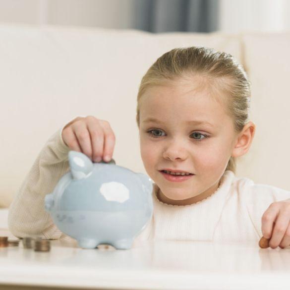 Ebbe in der Kasse?   Taschengeldplaner: So kommen Jugendliche besser mit ihren Finanzen aus.    Schon jüngere Kinder, spätestens ab der Einschulung, sollten über ihr erstes eigenes Geld verfügen können. Foto: djd/Deutscher Sparkassenverlag