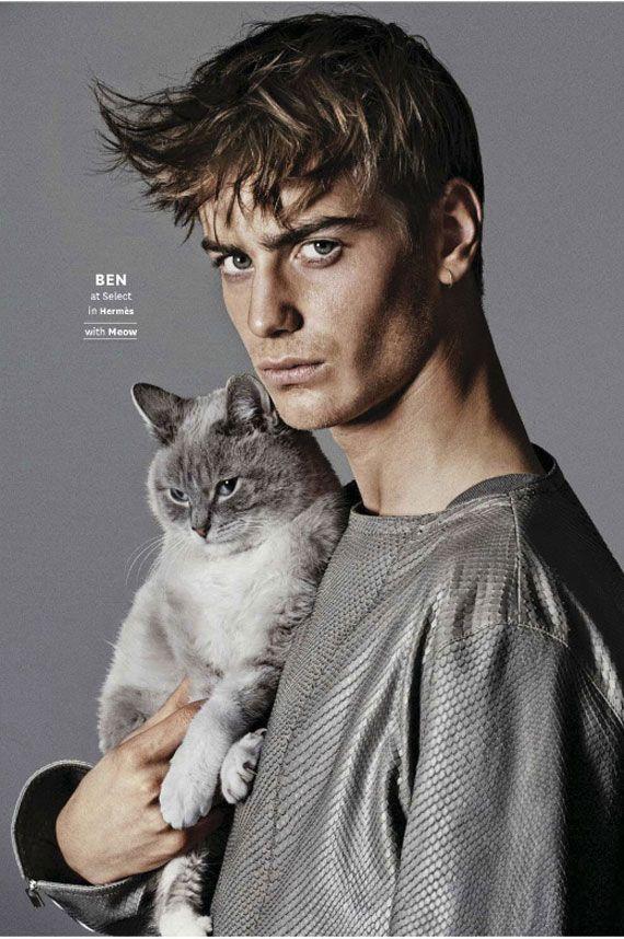 こちらはイタリアのファッションフォトグラファーGiampaolo Sgura(ジャンパオロ・ズグーラ)さんが撮影したファッション写真「Pussy Riot」です。海外のOUT誌の2014年6/7号に掲載されました。 この「Pussy Riot」は男性のスーパーモデルと10匹の猫を撮影しているのですが、その贅沢すぎると言っても過言ではないファッション写真の画に悶絶しそうになります。本当に贅沢。 男性モデルは、HERMES(エルメス)やPRADA(プラダ)、 TOM FORD(トム・フォード)、Calvin Klein(カルバン・クライ)などのブランドを身に纏いつつ、猫を抱っこしたり、肩に乗せたり、脚の上に置いたりなどのポーズと取っています。 一流ブランドを着たイケメンモデルだけでも充分に見応えがありますが、そこに猫が加わることで最高に美味しいファッション写真となっています。 Giampaolo Sgura | Fashion Photographer