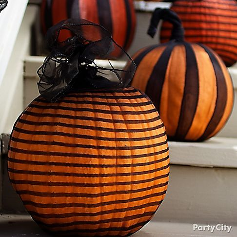 Stockings + pumpkins = no-carve Halloween decorating masterpieces! Soooo easy, so supercool.