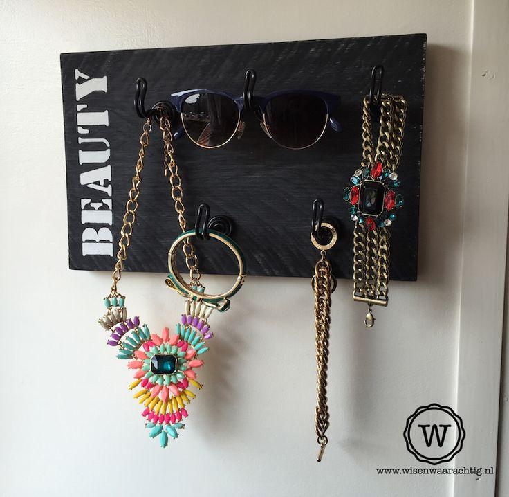 Stoere opberger voor sieraden, sjaals, brillen en tasjes. Helemaal naar eigen wens te maken, dus altijd een persoonlijk item in je kamer!