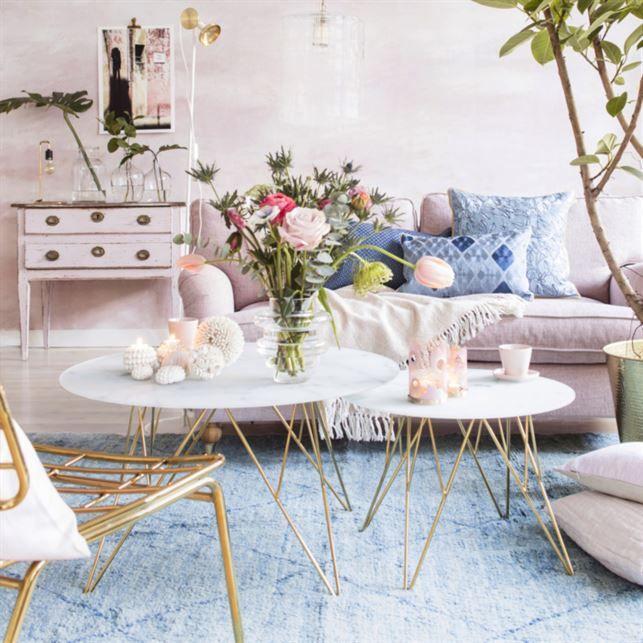 <span>Vardagsrum i mjuka pasteller. Blanda in marmor och mässing för en lyxig stil. Marmorbord från Mio. Matta från Plan 1.<br></span>